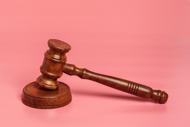 Juge marteau ou vente aux enchères sur rose Photo Premium