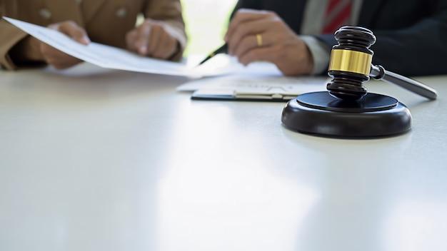 Le Juge A Martelé Avec Les Avocats De La Justice Ayant Une Réunion D'équipe Au Cabinet D'avocats Photo Premium