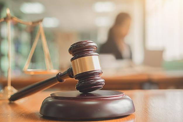 Le juge s'entretient avec des avocats de la justice ayant une réunion d'équipe au fond d'un cabinet d'avocats. Photo Premium
