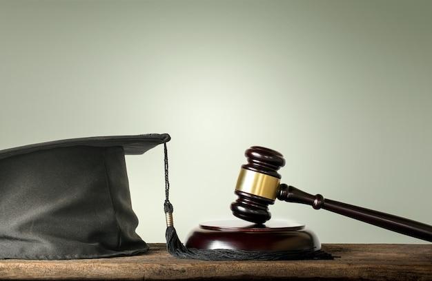 Le juge wood hammer et ses félicitations aux diplômés du concept de sujets de droit. Photo Premium