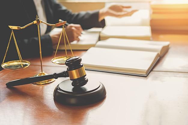 Juger le marteau avec des avocats de la justice ayant une réunion d'équipe au fond d'un cabinet d'avocats. Photo Premium