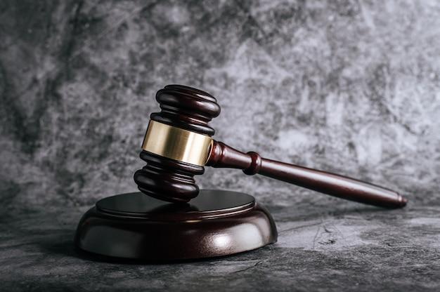 Les juges en bois jonchent sur la table dans une salle d'audience ou un bureau de la force Photo gratuit