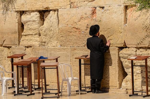 Juif orthodoxe priant au mur des lamentations à jérusalem, israël Photo Premium