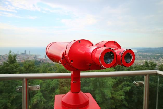 Jumelles Rouges Sur La Plate-forme D'observation Photo Premium