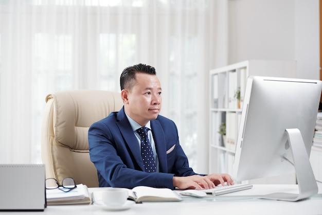 Juriste assistant sur internet dans son bureau Photo gratuit
