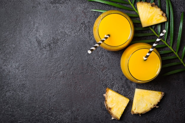 Jus d'ananas ou smoothies et tranches d'ananas Photo Premium