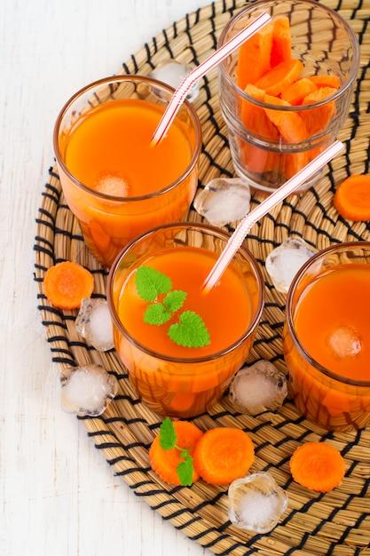 Jus de carotte avec glace et menthe, vue de dessus Photo Premium