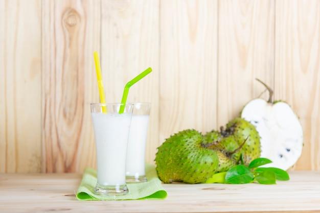 Jus de corossol avec fruits corossol sur table en bois. Photo Premium