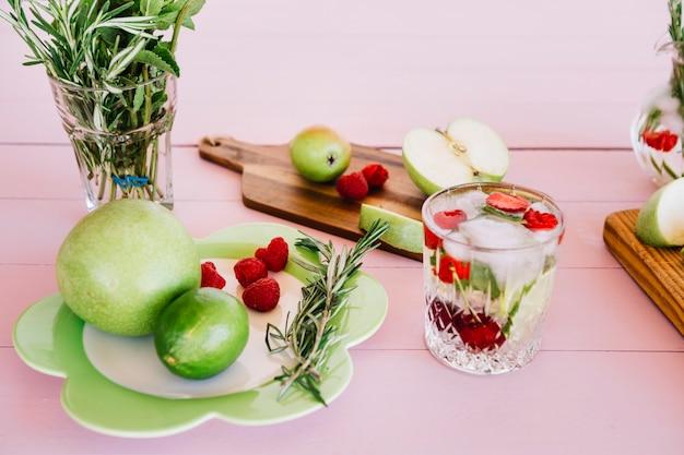 Jus fait maison avec ingrédient sur fond rose en bois Photo gratuit