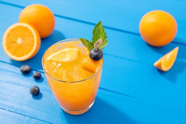 Jus de fruits frais cocktails sans alcool dans les verres Photo Premium