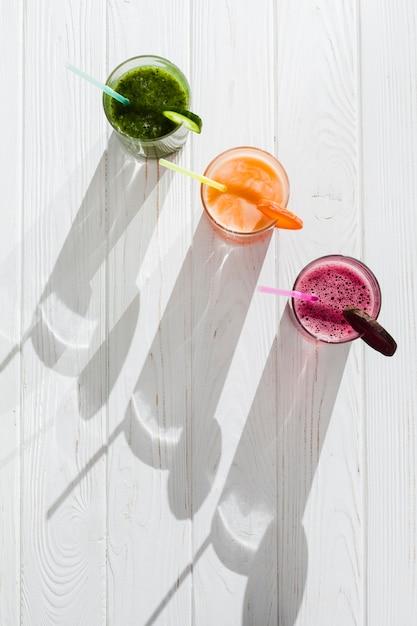 Jus De Fruits Frais Avec Des Pailles Photo gratuit