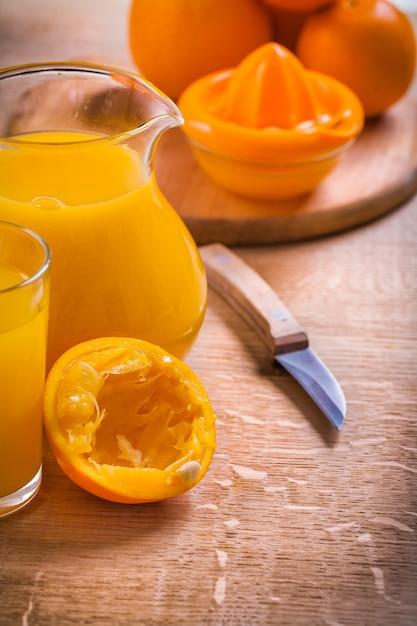 Jus De Fruits En Verre Pichet Couteau Presse-fruits Sur Un Bureau En Bois Photo Premium