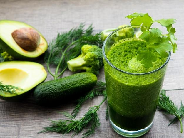 Jus De Légumes Verts En Bonne Santé Sur Une Table En Bois Photo Premium