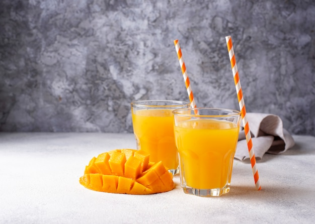 Jus de mangue fraîche sur fond clair Photo Premium