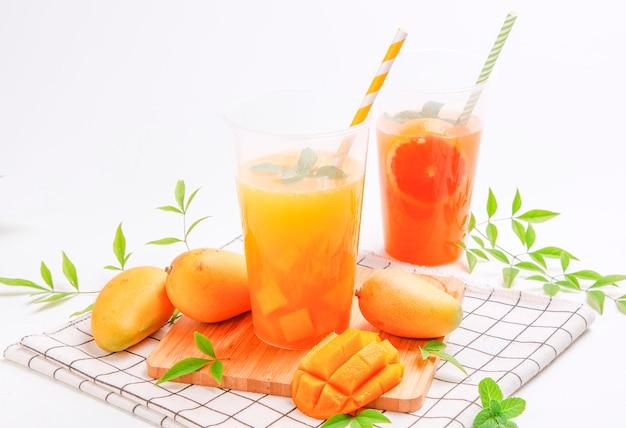 Jus de mangue. jus de fruits frais d'été Photo Premium