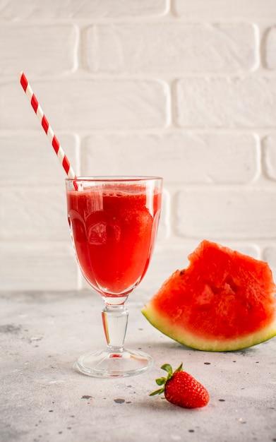 Jus de melon d'eau fraîche à la fraise Photo gratuit