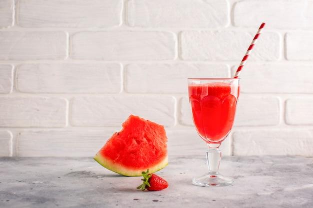 Jus de melon d'eau vue de face et glisser à côté Photo gratuit