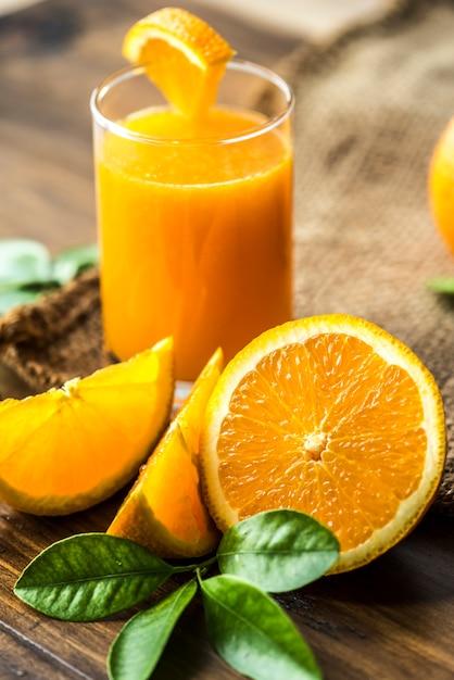Jus d'orange biologique fraîchement pressé Photo gratuit