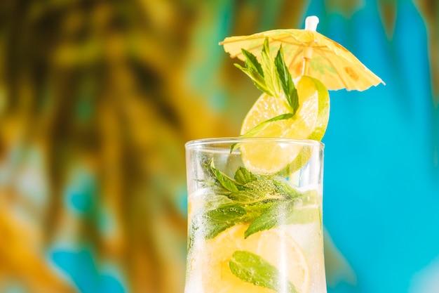 Jus d'orange avec citron vert menthe poivrée et parapluie Photo gratuit