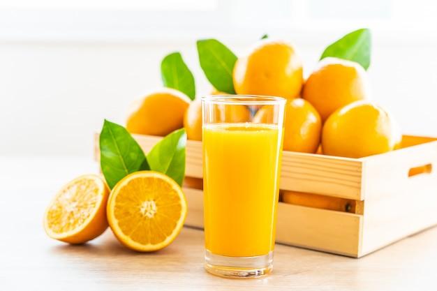 Jus D'orange Frais à Boire Dans Un Verre à Bouteille Photo gratuit