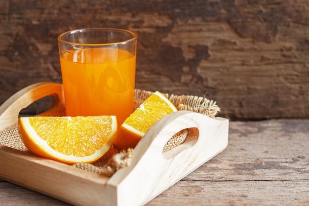 Jus D'orange Et Jus D'orange Sur Fond En Bois Photo Premium
