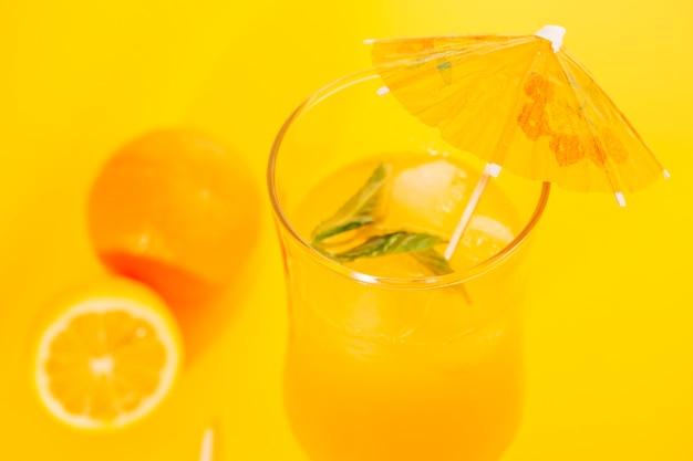 Jus D'orange à La Menthe Poivrée Dans Un Verre D'ouragan Photo gratuit