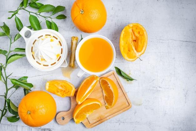 Jus D Orange Presse Et Fruits D Oranges Fraiches Sur Une Table En
