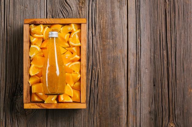 Jus d'orange sur la surface de fond en bois Photo gratuit