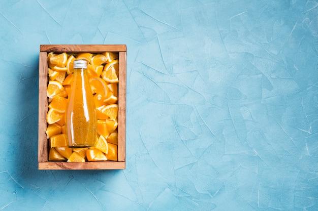 Jus d'orange topview sur l'espace de copie de fond bleu Photo gratuit