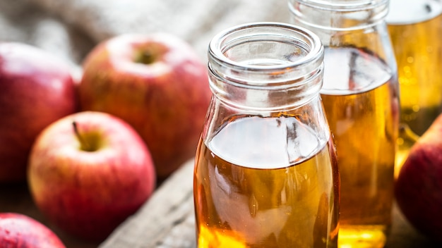 Jus de pomme frais close up shot Photo gratuit