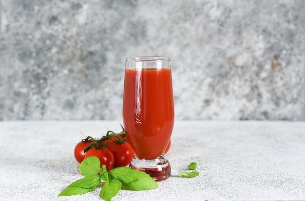 Jus De Tomate Avec Sel Et épices. Photo Premium