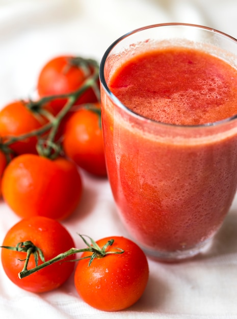 Jus de tomates fraîches macro shot Photo gratuit