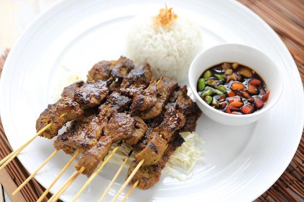 Kambing saté, satay d'agneau indonésien Photo Premium