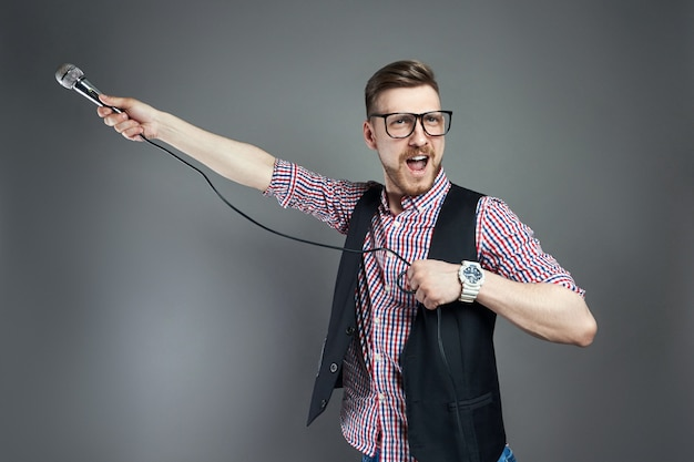 Un karaoké chante la chanson au micro, chanteur Photo Premium