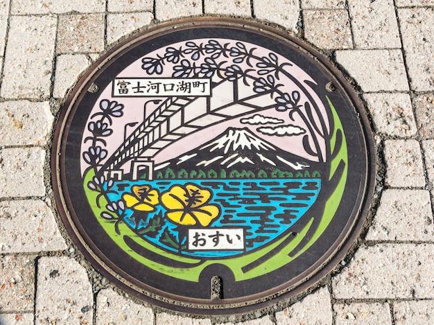 Kawaguchiko, Japon - 24 Octobre 2015: Mt. Fuji, Le Pont Et Le Lac Sur La Plaque D'égout Du Lac Kawaguchiko à Yamanashi. Photo Premium