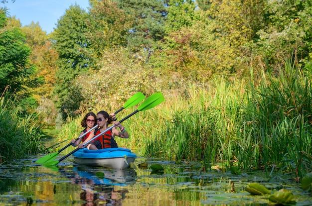 Kayak En Famille, Mère Et Fille Pagayant En Kayak Sur La Rivière En Canoë, S'amuser, Week-end D'automne Actif Et Vacances Avec Enfants, Concept De Remise En Forme Photo Premium