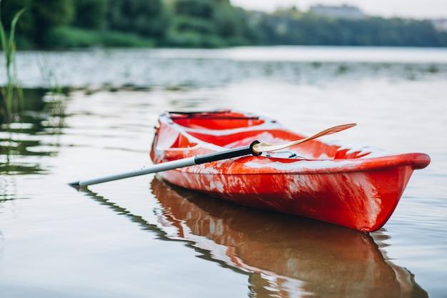 Kayak sur le lac, bateau seul Photo gratuit