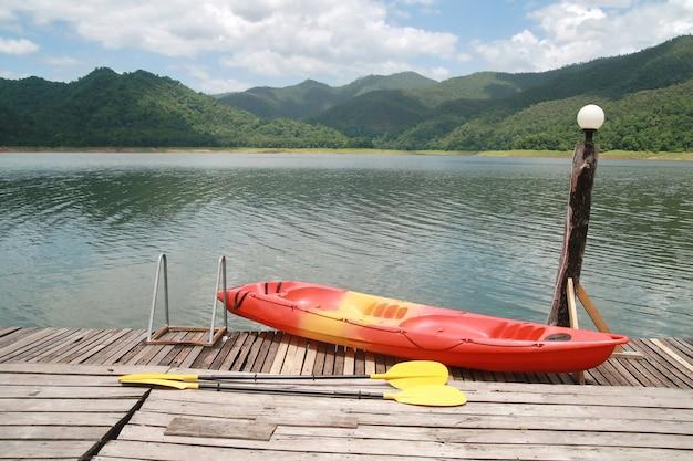 Kayak rouge avec montagne et lac Photo Premium