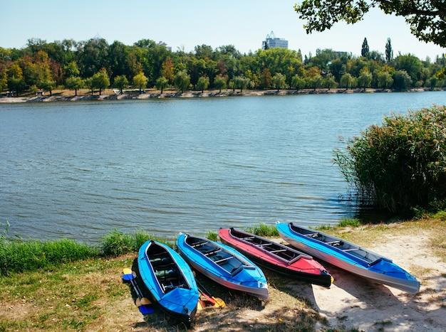 Kayaks Vides Au Bord De La Rivière. Photo Premium