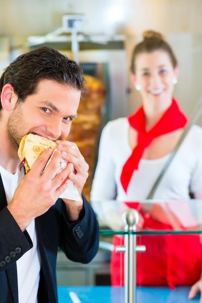 Kebab - client et donateur chaud avec des ingrédients frais Photo Premium