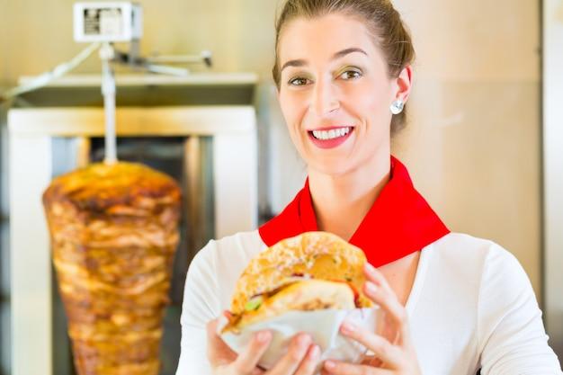 Kebab - doner chaud avec des ingrédients frais Photo Premium