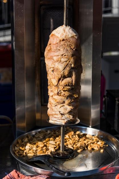 Kebab doner dans un spti à rôtir Photo gratuit