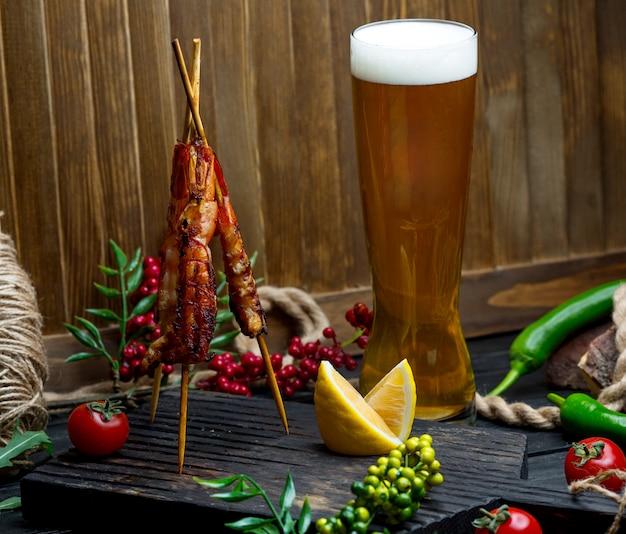 Kebab de poulet avec chope de bière Photo gratuit