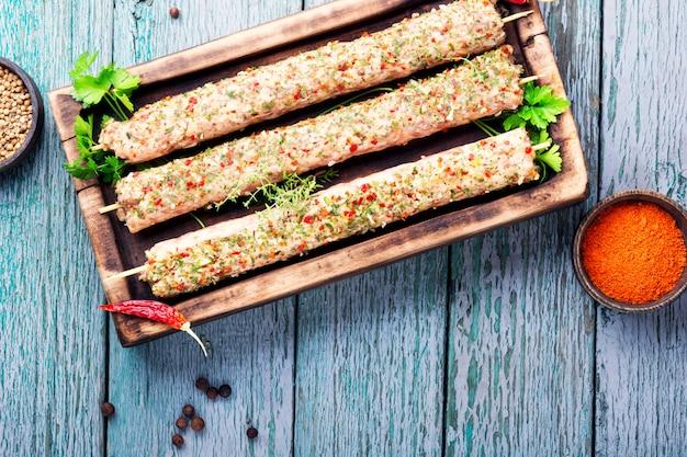 Kebab de viande traditionnelle avec des épices. Photo Premium