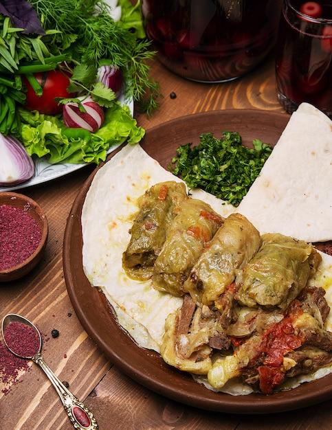 Kelem dolmasi, feuilles de chou farcies de viande et de riz, avec ragoût de boeuf aux légumes au lavash. Photo gratuit