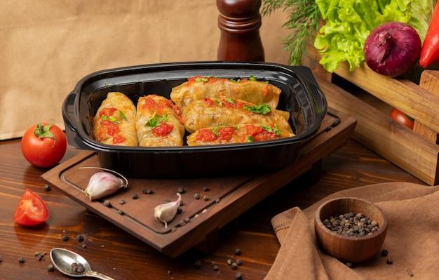Kelem dolmasi, feuilles de chou farcies à la viande Photo gratuit