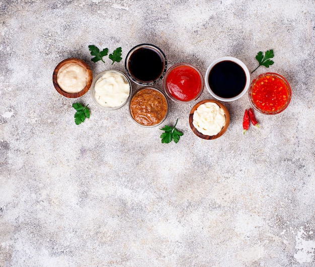 Ketchup, Mayonnaise, Moutarde, Raifort, Sauce Soja Et Tartare Photo Premium