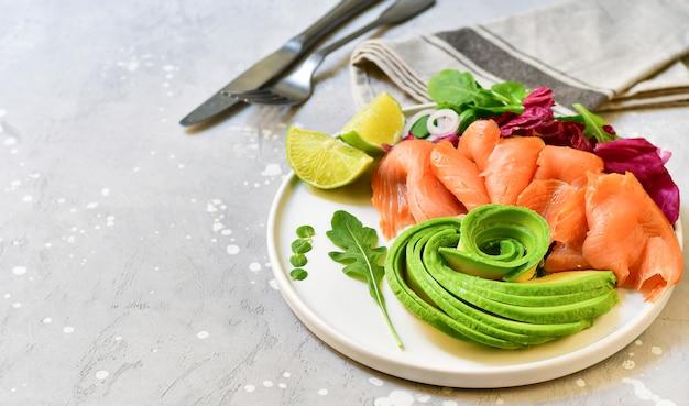 Keto food salade d'avocat au saumon avec roquette et citron vert. nourriture cétogène Photo Premium