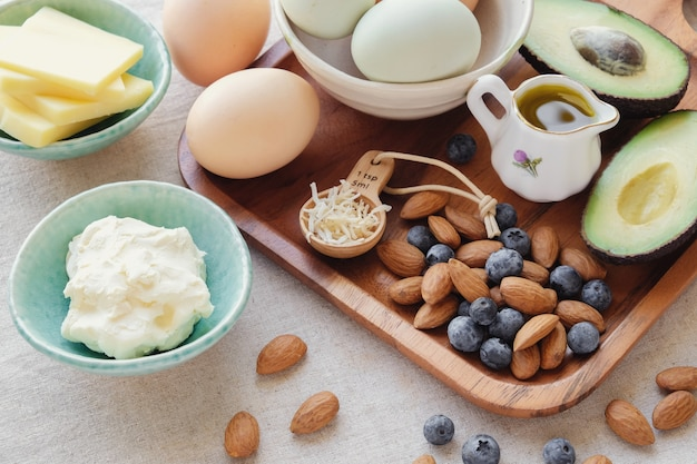 Keto, régime cétogène, faible teneur en glucides, aliments de perte de poids sain riche en graisses Photo Premium