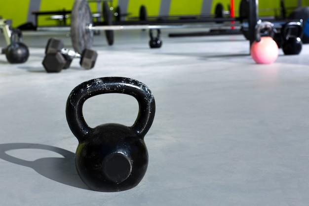 Kettlebell au gymnase de crossfit avec barres de levage Photo Premium